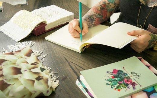 Fille écrivant dans in carnet