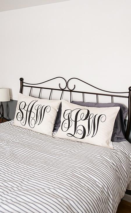 Deux coussins toile coton imprimés sur mesure sur un lit