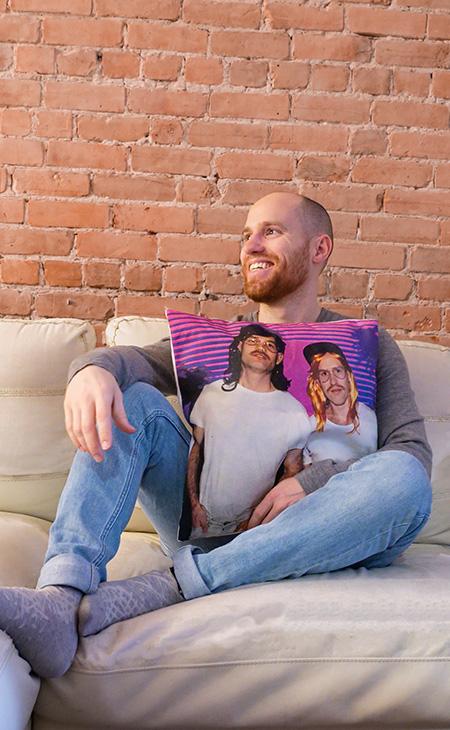 Homme tenant un coussin toile coton avec une photo imprimée dessus