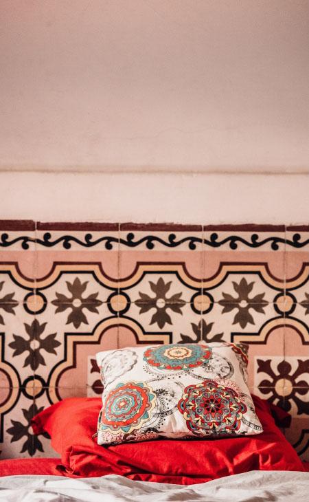 Un lit avec un coussin coton lin imprimé sur mesure dessus