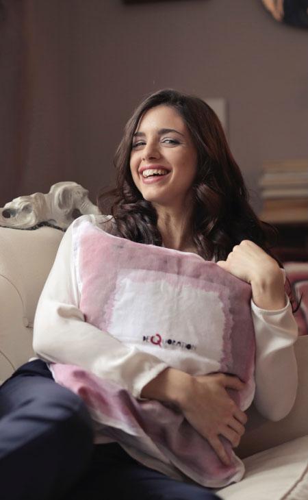 Femme tenant un coussin coton lin imprimé sur mesure