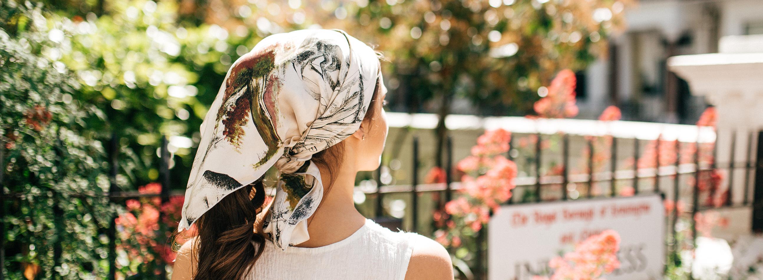 Femme de dos avec foulard